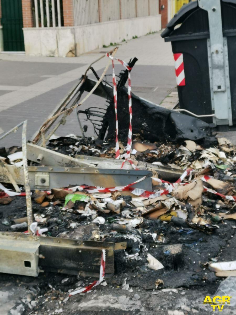 Ostia, proseguono gli incendi dei cassonetti dell'AMA, in azione una baby gang?