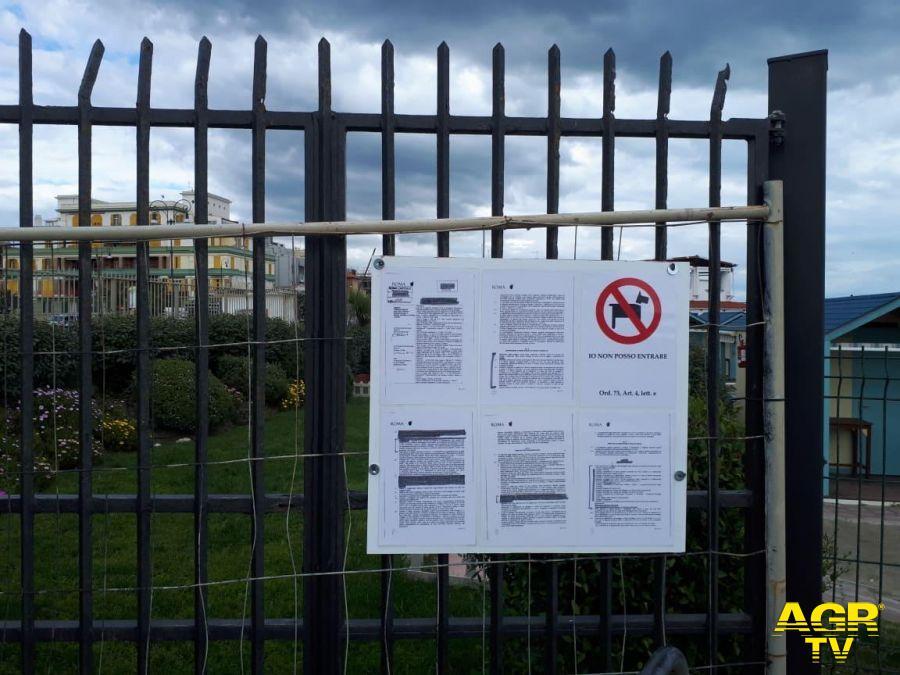 Ostia, denuncia di SI: ordinanza balneare affissa su un cancello illegale?
