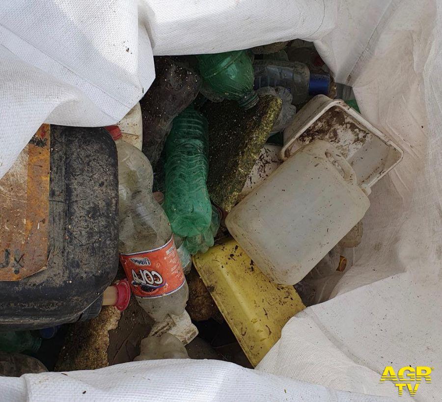 Fiumicino, barriera acchiappa plastica sul Tevere