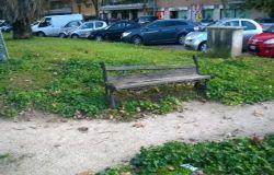 Infernetto, i giardini di via Orazio Vecchi nel degrado