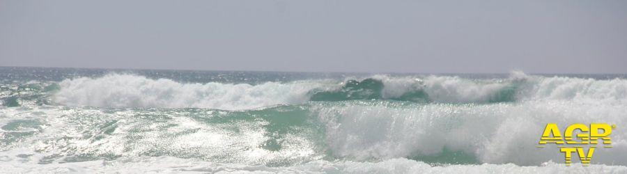 Litorale, forte mareggiata con raffiche di vento a 80 km/h, danni agli stabilimenti