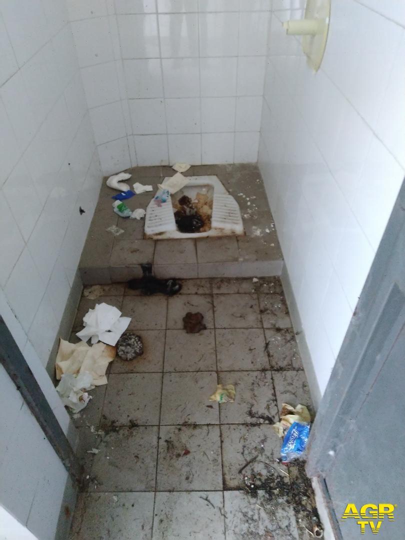 Roma, scandalosi i bagni pubblici del Verano