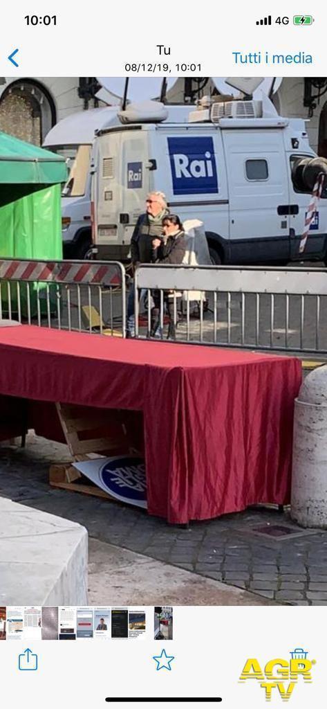 Roma, corona d'alloro per l'Immacolata finisce sotto un tavolo
