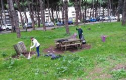 Ostia , cittadini impegnati nella pulizia dei parchi