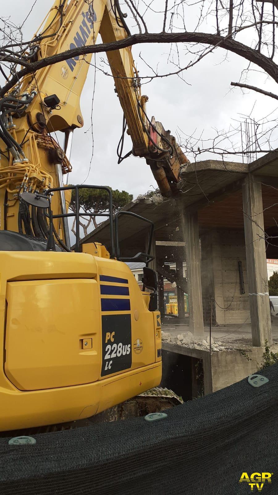 Fiumicino cambia volto, iniziato l'abbattimento del fabbricato in piazza della Madonella