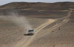 La vettura in uno dei tanti tratti in solitaria nel sud del Marocco. Le tappe del Pandaraid possono essere lunghe 400 km ed errori di navigazione possono far perdere nel deserto decine di vetture.
