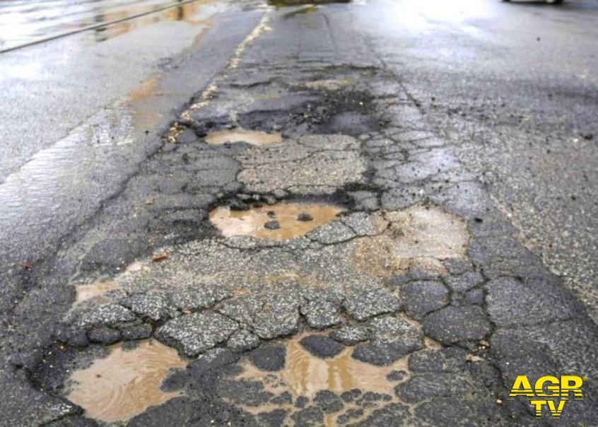 Strade provinciali a pezzi, esposto in Procura