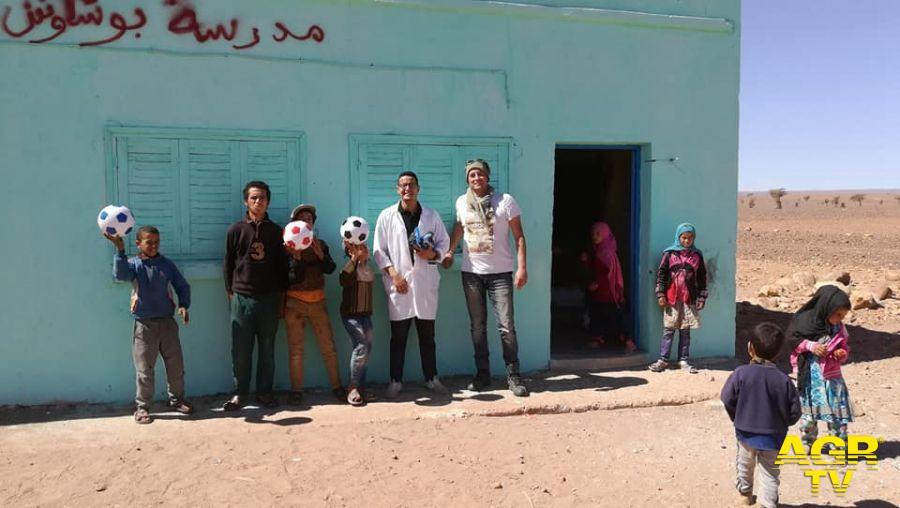 La consegna nel 2018 di depuratori d'acqua, giocattoli e medicinali in una scuola vicino Erfoud