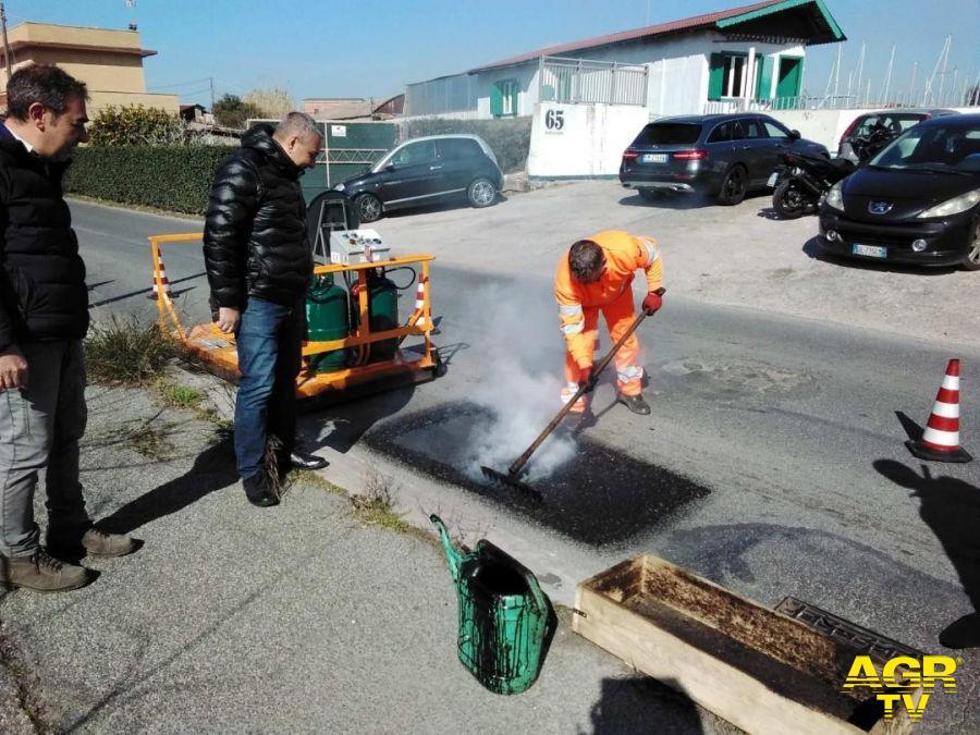 Fiumicino, l'asfalto delle strade non è tutto uguale...a Focene buche e dossi rialzati