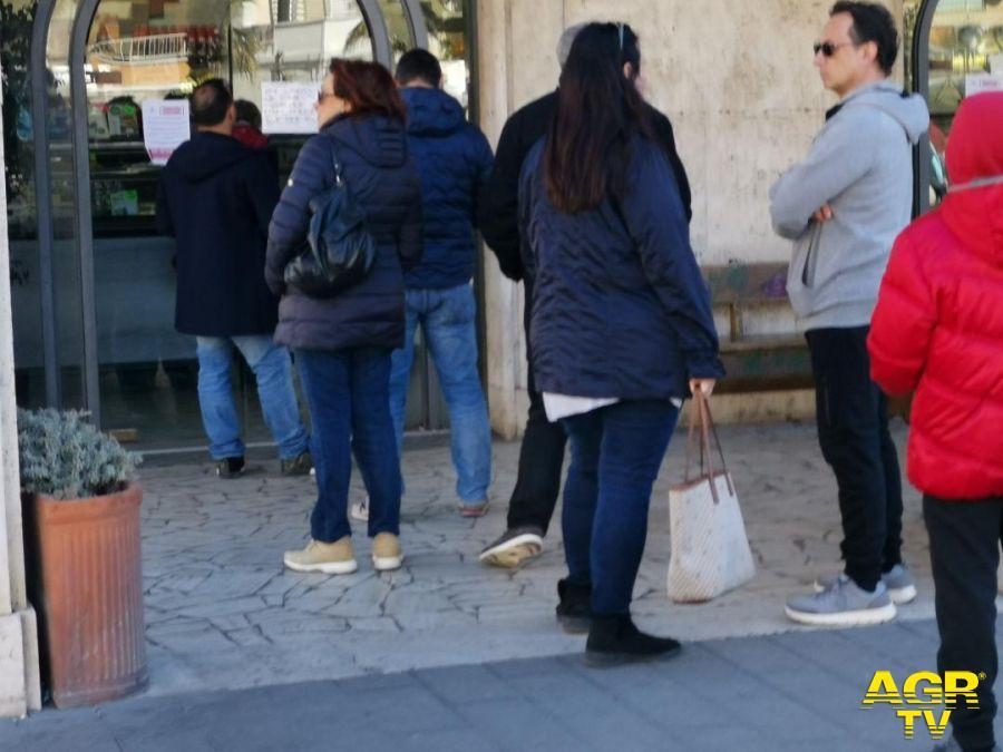 cittadini in fila in piazza Anco Marzio per un caffè