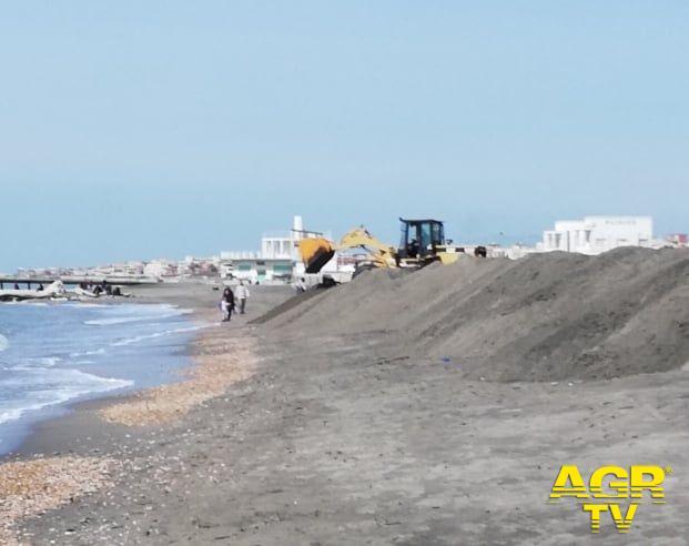 Ostia, movimenti di sabbia sospetti sul litorale