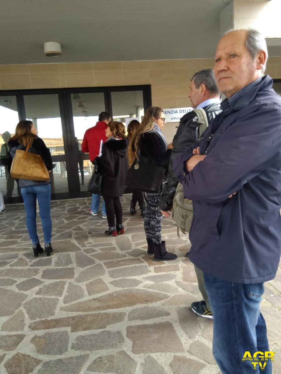 gente in fila dinanzi ingresso agenzia entrate
