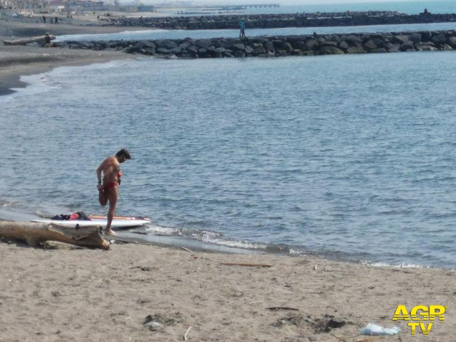 surfista sulla riva