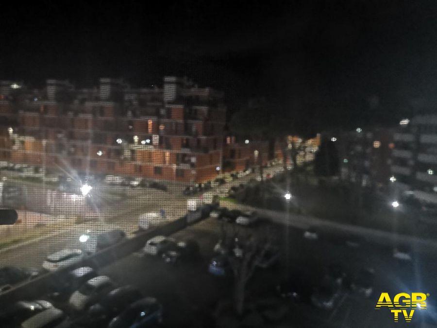 Roma, fliash mob,  lampade accese sui balconi