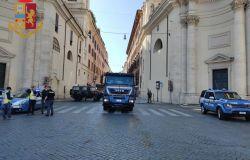 Roma,la Polizia di Stato schiera gli idranti per sanificare la città