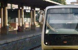 Roma-Lido la motrice trancia la linea elettrica, stop alle corse