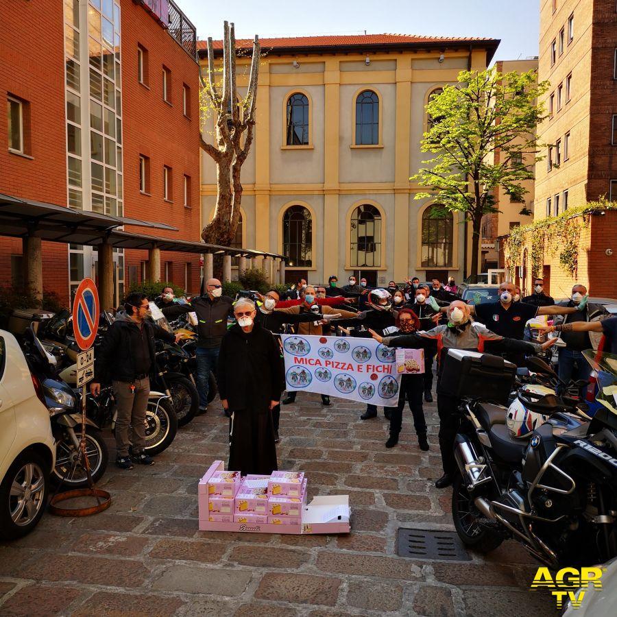 Milano, motociclisti in strada