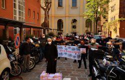 Milano, motociclisti in strada per colombe, uova di Pasqua e medicinali agli anziani