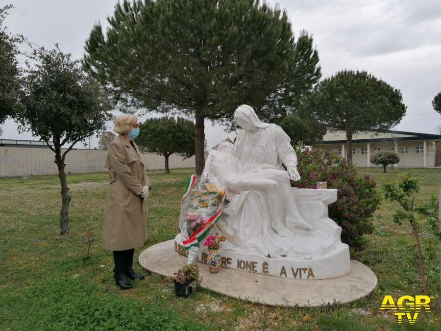 Anselmi depone fiori nei cimiteri