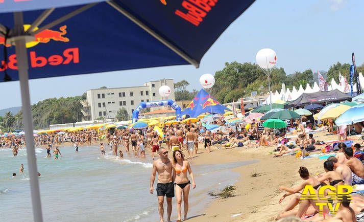 Una spiaggia affollata d'estate