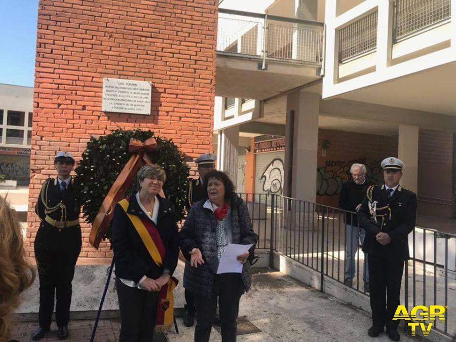Rossella Duranti con Di Pillo dinanzi stele ricordo a piazza Capelvenere