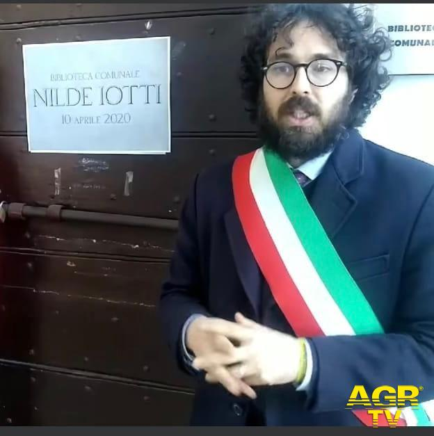 sindaco Pascucci dinanzi ingresso biblioteca