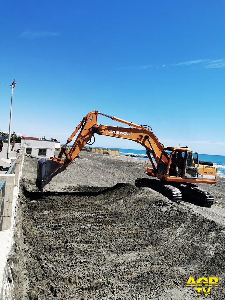 lavori sulla spiaggia libera di Ostia ponente in vista dell'estate