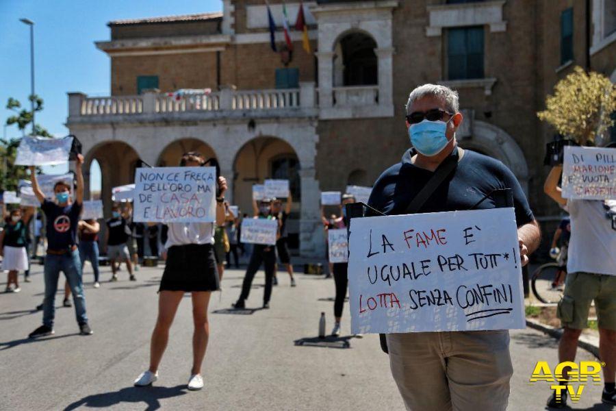 protesta dinanzi palla governatorato