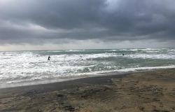 Ostia, spiagge aperte....ma piove