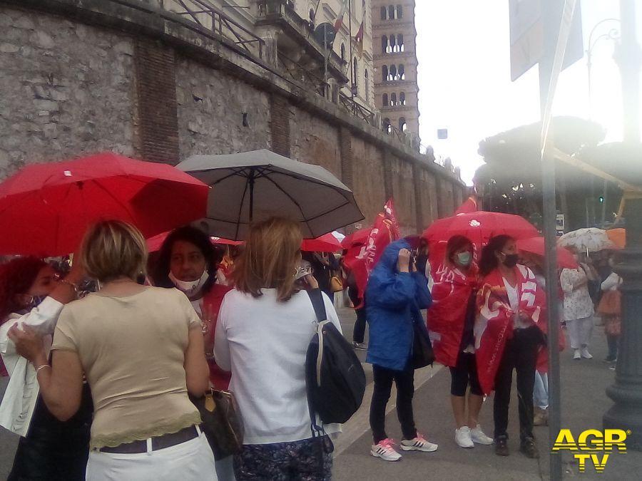 protesta lavoratrici scuole