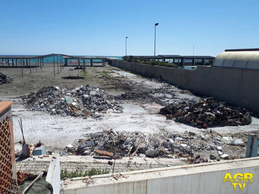 spiaggia ex-Arca con i rifiuti