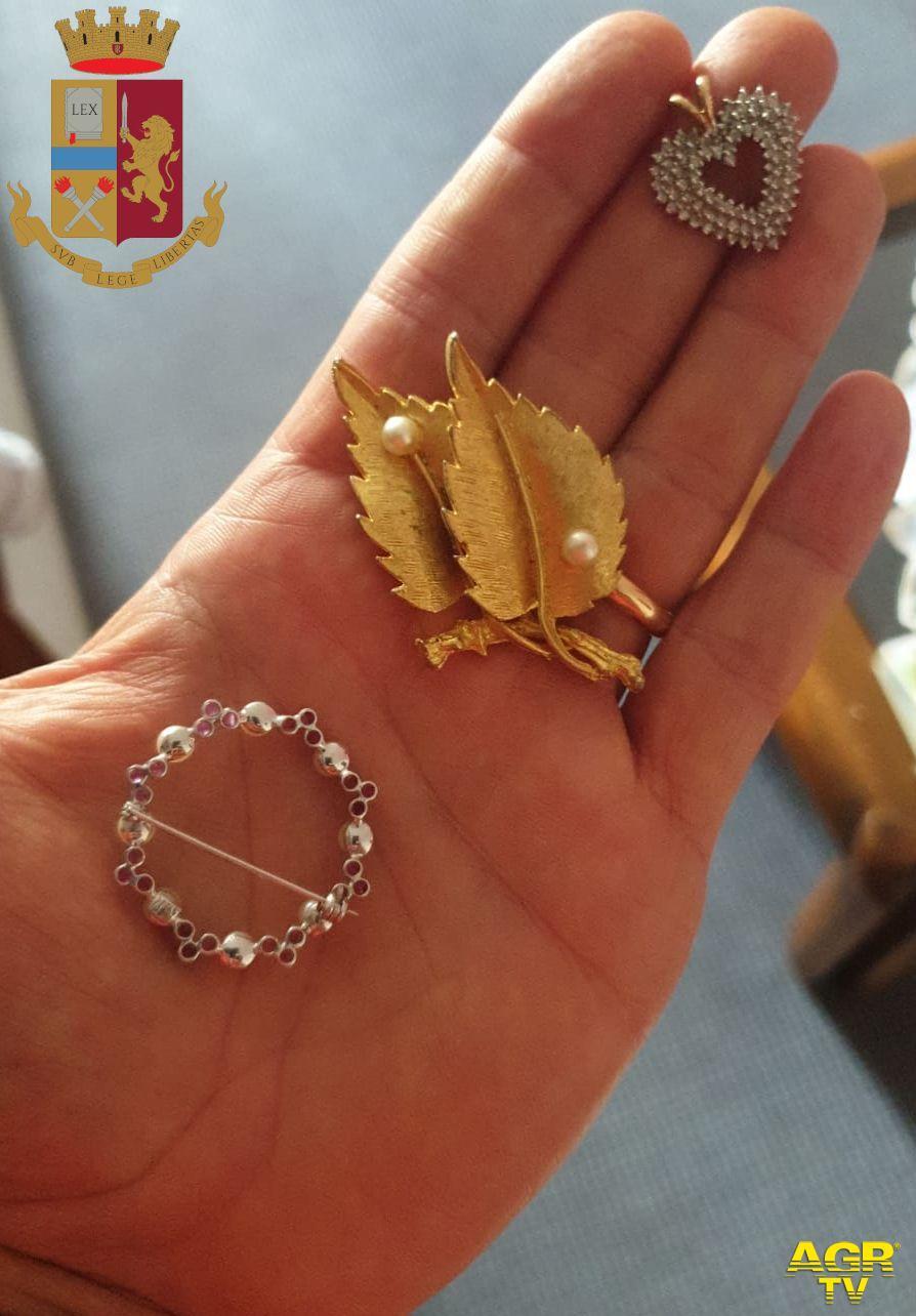 Badante romena ruba i gioielli all'anziana che accudisce