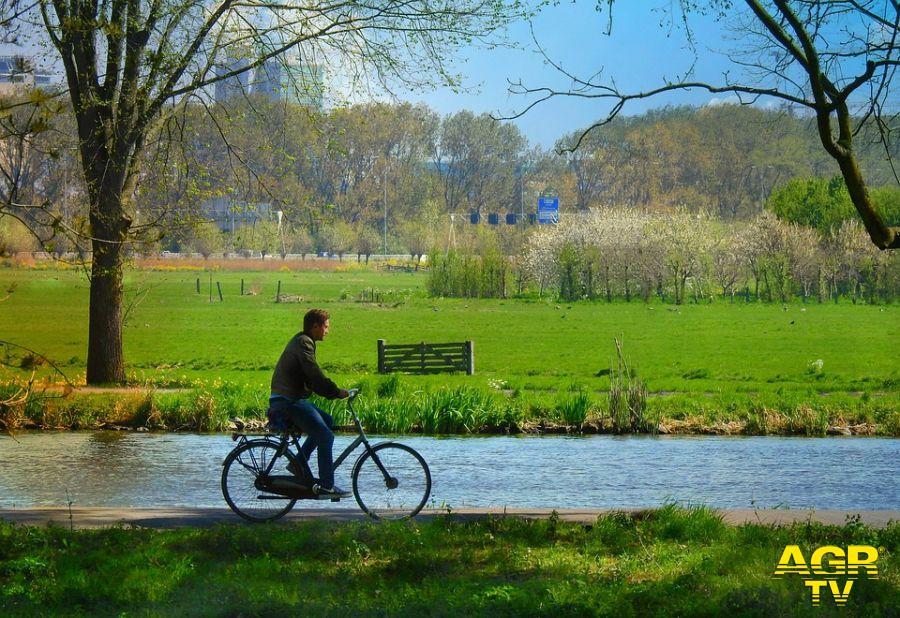 giro in bici lungo canali