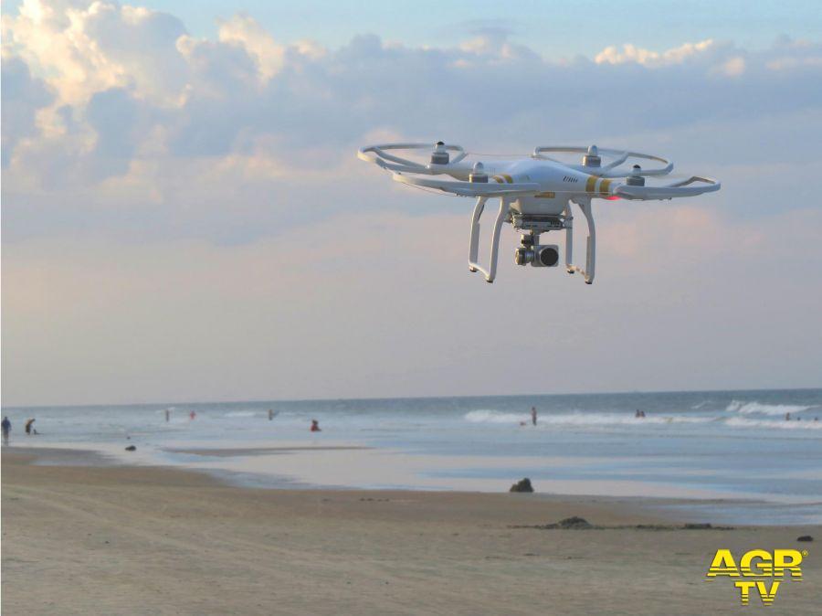 Distanziamento sulle spiagge....controllano i droni