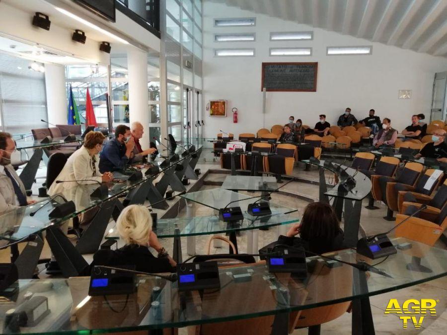 Fiumicino, via Torre Clementina, tavolini su tutto il marciapiede