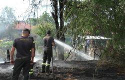 Acilia, bruciano le sterpaglie, le fiamme a pochi metri dalle case