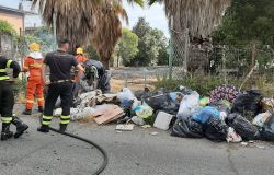 incendio parco pompieri dinanzi a discarica