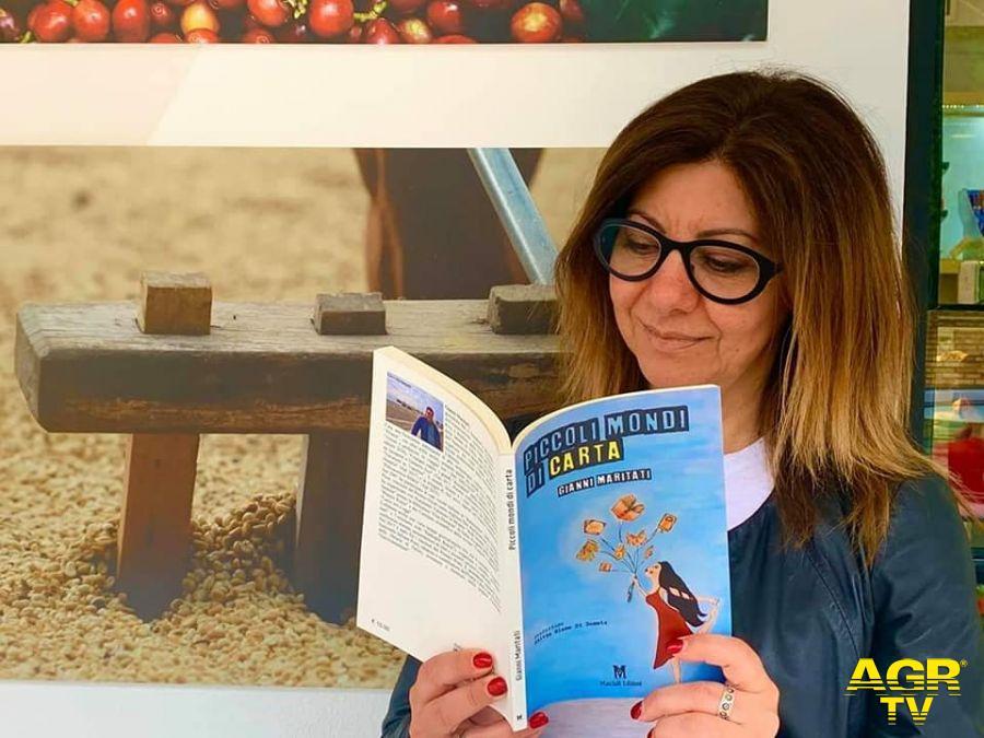 Maria Zaccagnini con il libro di Maritati