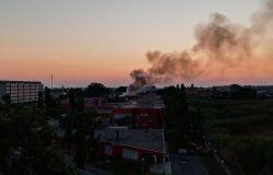 Ostia ponente, continuano a bruciare i canneti lungo il Tevere