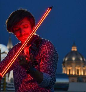 Andrea Casta & Friends: il violinista dall'archetto luminoso incanta il pubblico con un magico concerto al tramonto nel cuore di Roma