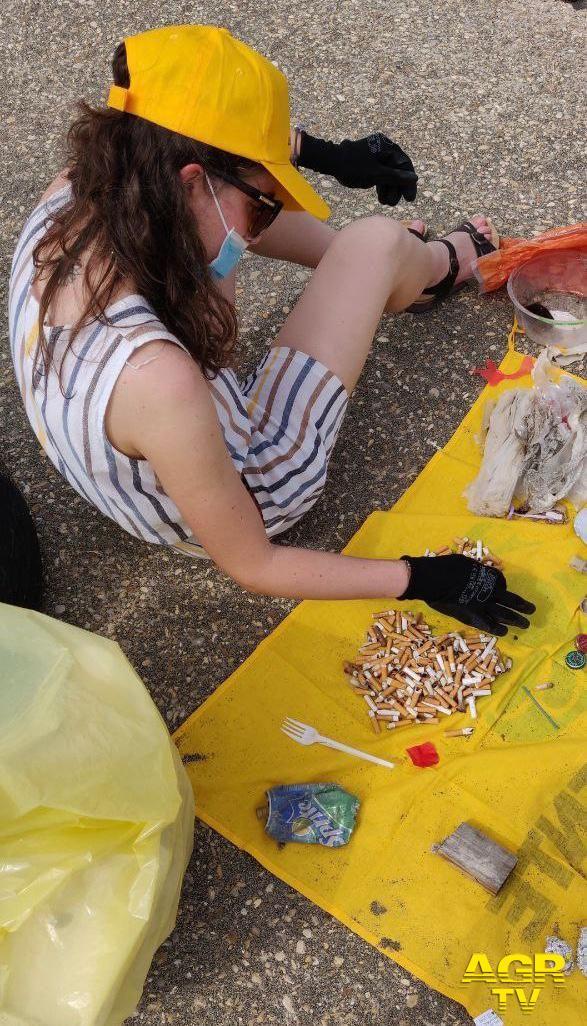 rifiuti raccolti in spiaggia