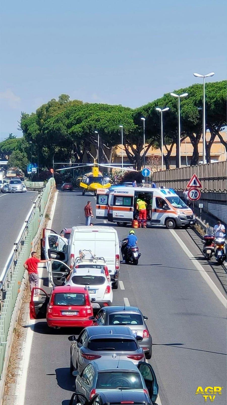 L'intervento difficile dell'elisoccorso sulla via Appia in una zona molto trafficata