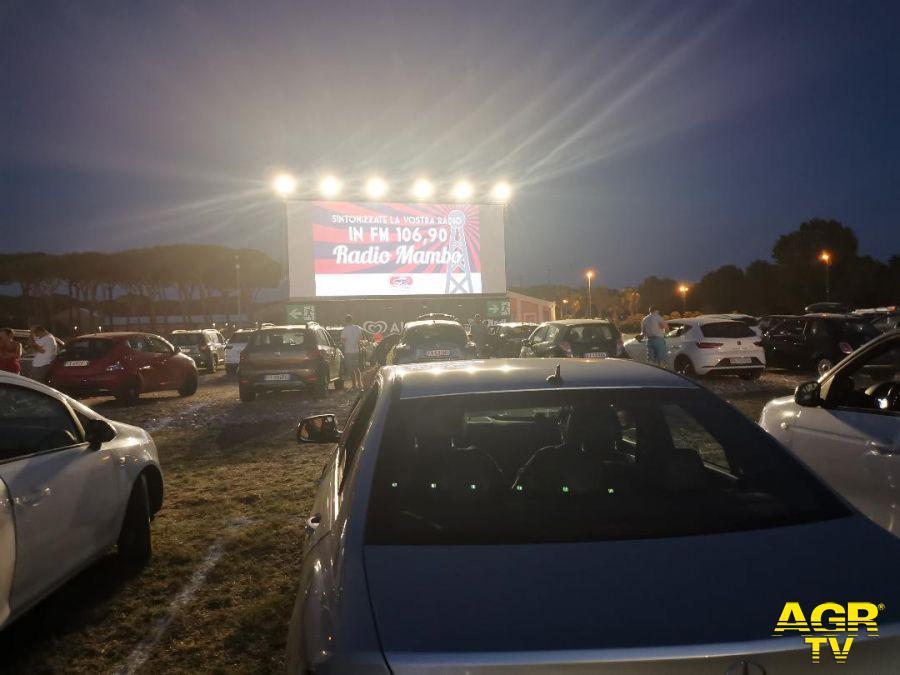 """Ostia, Gabriele Muccino al Drive In  per la proiezione del suo film """"Gli anni più belli""""."""