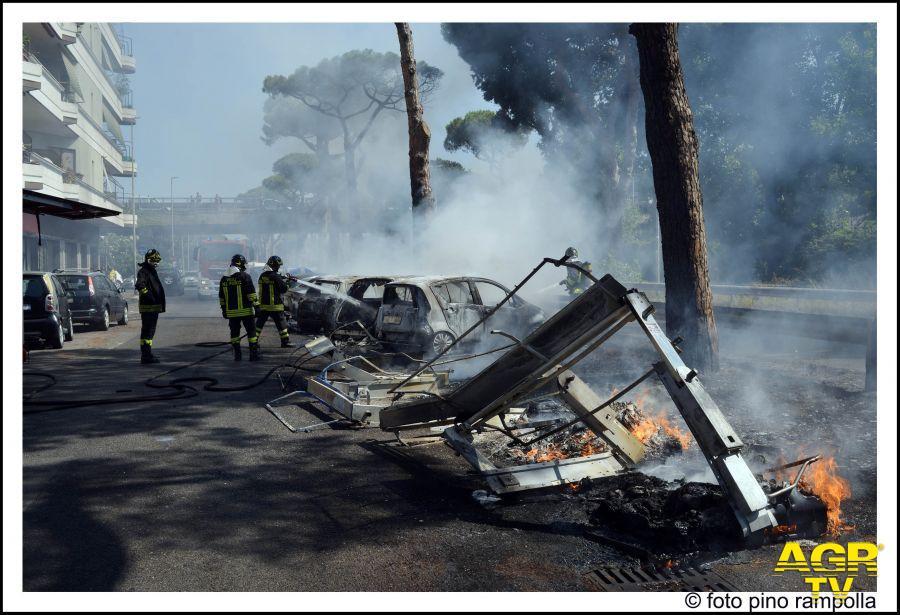 l'area interessata dall'incendio e pompieri in azione