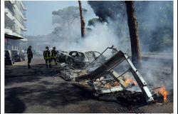 Ostia, a fuoco cassonetti AMA in pieno giorno, è caos in via dei Romagnoli