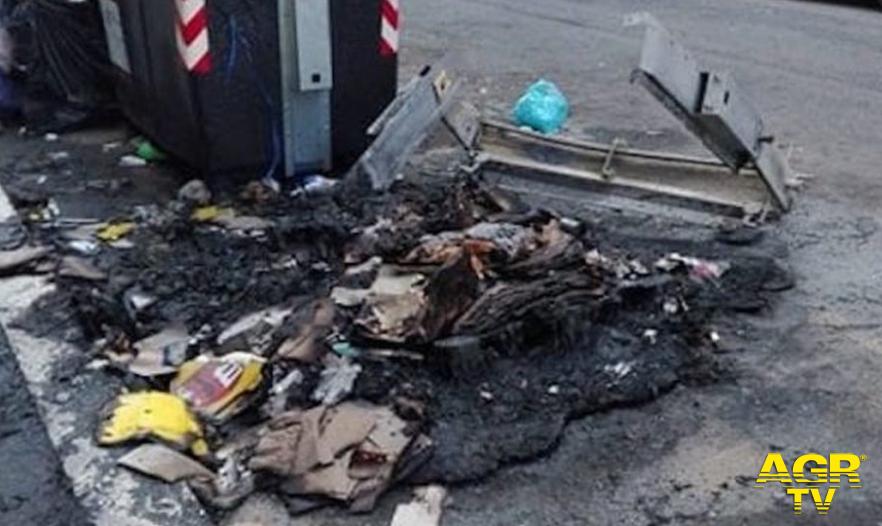 Roma, ogni anno sono 500 i cassonetti incendiati
