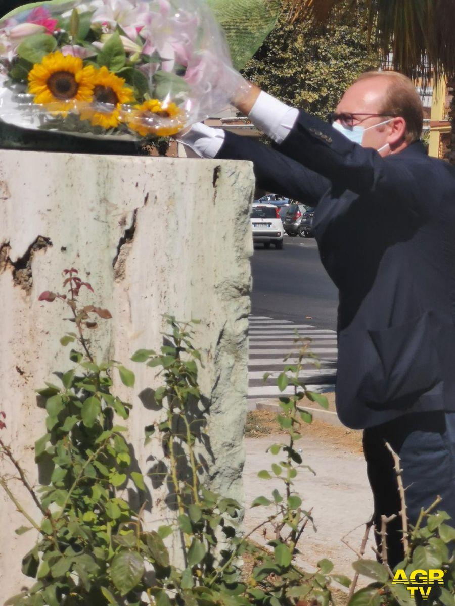 Bordoni depone mazzo di fiori ai piedi della statua