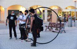 Ostia, al porto inaugurato il Festival degli artisti di strada che reclamano una giusta retribuzione
