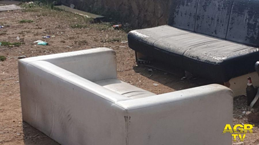 ostia degrado divani abbandonati