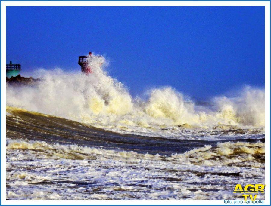 le onde si infrangono contro le torrette del porto